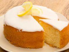 Lemon drizzle cake (mary Berry too) Mary Berry Desserts, Just Desserts, Delicious Desserts, Dessert Recipes, Mary Berry Cake Recipes, Tea Cakes, Cupcake Cakes, Cupcakes, Mary Berry Lemon Drizzle Cake