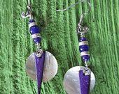 Boucles d'oreilles faites de perles nacrées récupérées et d'une pointe violet