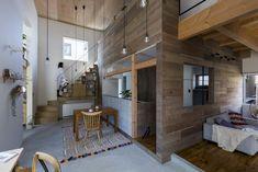 『窓の家』宇治の家   本計画は、宇治市の宅地開発された分譲地の計画です。   周囲は、築30年ほどの住宅が連なる成形された土地で建替えが進む地域です。               外部から『内部のような外部』『外部のような内部』内部とそれぞれ入れ子状   に計画した、同じように配置された分譲地の中で、いかにプライベートで守ら れた空間を開放的で豊かな空間とするかとうことを考えた計画です。  窓の奥に植栽を植え、内部にも植栽を配置し、自然が徐々に内部へと溶け込んで いくようなプランとし、壁に設けられた開口は、内部の窓と微妙にズラすことに より、開放的だが、プライバシーもまもれる空間とした。  内部と外部をあいまいにすることにより、外部空間もプライベート空間に取り入れる ことができる  建築物は、壁で内部空間と外部空間を分けないといけないが、壁をあいまいにする ことで生活空間を拡張し、豊かな空間へと変化させる