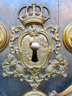 Here we listed really eyeful and effective old door design ideas. There is really antique door knobs, handles and knockers that will affect you definitely! Door Knobs And Knockers, Knobs And Handles, Door Handles, Old Doors, Windows And Doors, Gothic Windows, Old Keys, Door Detail, Door Accessories