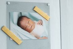 Fabriquer son propre magnet  //  Recouvrez des bandes magnétiques ou un rouleau magnétique adhésif de papier à motif (jaune dans la photo ci-dessus) et ajoutez un peu de colle vinylique pour fixer le tout si besoin. Découpez ensuite un zigzag avec un cutter pour un effet moins lisse. Il ne vous reste plus qu'à accrocher la photo de votre choix. L'idée en plus ? Pour mettre votre magnet sur une armoire en bois, fixez au préalable une grille métallique sur le placard.  Idée Créative