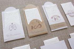 """von Kreativlabor Berlin via Makerist.de Diese Materialien wirst du brauchen:  helles Kraftpapier oder Tonpapier im Format A4 Drucker, Schere, Kleber, Klebeband oder Masking Tape Taschentücher dickes Garn oder Bindfaden Lochzange oder Ahle optional: Nähmaschine  Und so geht's: Druckt euch die gewünschten Etiketten und wahlweise den Streifen mit dem Aufdruck """"Für Freudentränen"""" bei 100% und ohne Seitenanpassung in A4 auf Kraftpapier oder Tonkarton"""