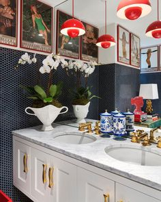 Jonathan Adler and his husband Simon Doonan practice the 'Modern American Glamour' style in their eccentric home design in the New York Greenwich Village. Colorful Interior Design, Luxury Interior Design, Colorful Interiors, Interior Decorating, Decorating Ideas, Jonathan Adler, George Nelson, Art Deco Furniture, Furniture Styles