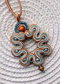 Soutache Pendant Necklace in Turquoise, Toffee and Cream colour. via Etsy. Quilling Jewelry, Paper Jewelry, Fabric Jewelry, Wire Jewelry, Jewelry Crafts, Beaded Jewelry, Handmade Jewelry, Soutache Pendant, Soutache Necklace