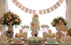 Cada vez mais apaixonada por essas mesas de aniversário de menina com o tema passarinhos em tons pasteis com muito amarelo, azul e rosa e arranjos gigantes de flores. Fabiana Moura - Projetos Personalizados