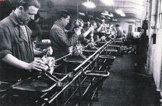 Las primeras máquinas se introdujeron en Inglaterra en la industria textil, aproximadamente en 1840