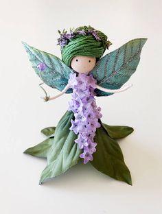 Conoce a Willow. Ella es un hada de bosque que con el toque de su varita mágica puede crecer árboles, plantas y flores para proporcionar alimento y refugio para todas las criaturas que llaman el Casa del bosque. También puede hacer los árboles, las plantas y las flores cobran vida