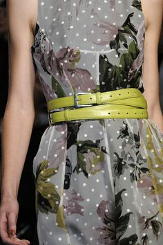 chartreuse belt-paul smith S 11 Simply Fashion, Timeless Fashion, Trendy Fashion, High Fashion, Fashion Show, Fashion Trends, Haute Couture Style, New York Fashion, Runway Fashion