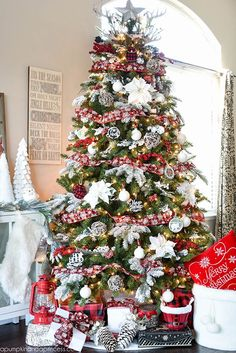 The classic country pattern of buffalo checks gets turned into the prettiest Christmas tree decor.