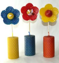 Velas de panal decorativas, realizadas artesanalmente con láminas de cera virgen.