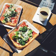 W kooooooońcu słońce!  Czujecie to? Czy to już wiosna?  Przy tak sprzyjającej aurze nie sposób nie wybrać się w głąb Jeżyc  Mówiąc jaśniej - pójść do SZTOSa na prawdziwy sztos!  W ten sposób w skąpany w jeżyckim słoneczku w pizzerii przy Żurawiej Mateo wszamał aż 3 slajsy mianowicie: 1 szpinak feta pomidory cherry oraz parmezan 2 camembert suszone pomidory mięta oraz pestki dyni 3 prossciutto pomidory cherry parmezan oraz rukola. Każdy slajs to koszt 8 PLN  Niekończące się rozmowy z…