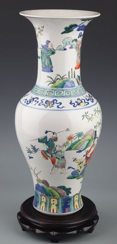 RARE AND LARGE COLORFUL PAINTED PORCELAIN BOTTLE. Qing Dynasty, H:17 in×D:6.5 in