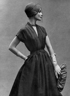Costumes 1957 Model in Mandarin crêpe dress, belted with full skirt, by Manguin Moda Vintage, Vintage Mode, Vintage Style, Vintage Glamour, Vintage Beauty, Vintage Dresses, Vintage Outfits, Look Retro, Retro Mode