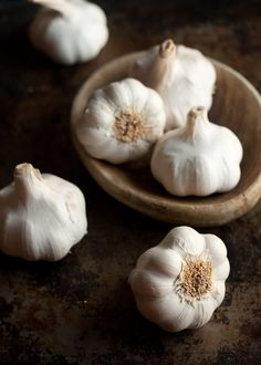 Garlic has long been one of the most popular herbs in folk medicine . - In folk medicine, garlic has long been one of the most popular plants. Fruit And Veg, Fruits And Veggies, Vegetables, Fresh Garlic, Roasted Garlic, Grow Garlic, Black Garlic, Fresh Thyme, Whole Food Recipes