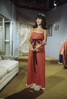 """Marlo Thomas as 'Ann Marie' on the set of the TV sitcom """"That Girl"""" which ran from 1966 to Fashion Tv, Fashion Models, Girl Fashion, Show Photos, Girl Photos, That Girl Tv Show, The Girl From Uncle, Marlo Thomas, Hollywood Music"""