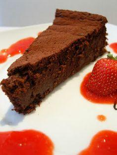 Schokoladenkuchen mit Erdbeersauce