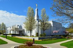 Medford Oregon Temple. Not something I have to see, but I might as while considering I have other churches, and place of worship on this roadtrip. ~HH