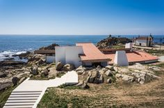 The Boa Nova Tea House by architect Alvaro Siza was built in Leça da Palmeira, Matosinhos, Portugal in 1959 - It was then remodeled in 2013 - Alvar Aalto, Portugal, Eco Restaurant, Villas, Masonry Wall, Exposed Concrete, Contemporary Architecture, Contemporary Houses, Photos