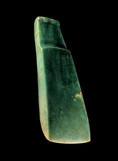 Greenstone adze The Tāwhirirangi canoe landed in the Bay of Plenty before heading to the South Island, where the captain, Ngāhue, is said to have discovered pounamu (greenstone, or New Zealand jade). This adze is made in the older, East Polynesian style.