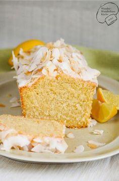 Saftiger Kokos-Zitronen-Kuchen aus der Kastenform mit Zitronenguss, Kokosmilch und Kokosflocken. Sehr saftig und fruchtig! Schnell und einfach gebacken mit Wow-Effekt durch geröstete Kokoschips!