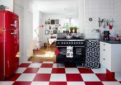 roter Smeg Kühlschrank und Fliesen im Schachbrettmuster in rot und weiß