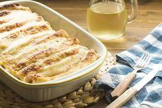 Le crespelle al forno con prosciutto e formaggio sono un piatto sfizioso e gustoso, ideale per un pranzo della domenica o da servire nel periodo delle feste. La ricetta delle crespelle è semplicissima: la pastella si prepara davvero in pochi gesti, si cuociono le crepes, si farciscono, e infine il forno farà il resto!
