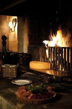 Hôtel Chalet RoyAlp & Spa. Restaurant le Grizzly : Entrez dans l'ambiance chaleureuse et conviviale du carnotzet le Grizzly. Venez découvrir la tradition culinaire Suisse et dégustez au coin du feu des plats typiquement locaux comme la raclette, la fondue, la croute et autres mets au fromage. Le Grizzly est ouvert tous les soirs  de 19h00 à 22h00. Réservations : T +41 24 495 90 00 Romantic Dinner Recipes, Romantic Dinners, Hotel Chalet, Switzerland Destinations, Mets, Fondue, Destination Wedding, Restaurants, Hotels