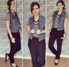 colete jeans, blusa listrada, carrot pants e sapatilha