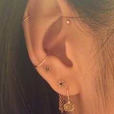 10 unique and beautiful ear piercing ideas, from minimalist studs to extravagant jewels. How To Balance Ear Piercings Piercing Oreille Anti Helix, Piercing Anti Helix, Tattoo Und Piercing, Helix Piercings, Tragus Piercing Jewelry, Upper Ear Lobe Piercing, Ear Piercing Guide, Outer Conch Piercing, Piercings Bonitos