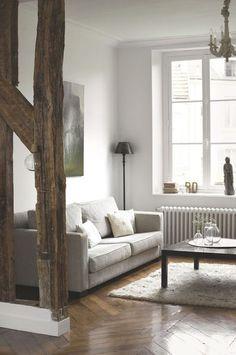 Poutres apparentes et couleurs neutres pour un salon nature. Plus de photos sur Côté Maison http://petitlien.fr/7viz