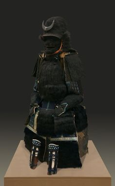 片桐 且元 Katagiri Katsumoto (1556 – June 24, 1615). 伝 片桐且元所用 惣黒熊毛植二枚胴具足 (大阪城天守閣蔵) 兜、面頬、袖、胴、草摺に至るまで、ほぼ全身に熊の毛を植えつけた豪壮な一領(夏は暑そうだ)。兜には銀箔押の半月の前立が付く。戦場で出会った者は、この異様な甲冑を見て震え上がったのではないだろうか。 -Osaka Castle Museum-