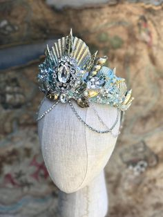 Such a beautiful mermaid crown with shells and sparkle! Perfect for a boho or mermaid theme wedding, festival or just because! Mermaid Headpiece, Mermaid Crown, Mermaid Jewelry, Model Tattoo, Costumes For Women, Woman Costumes, Couple Costumes, Group Costumes, Adult Costumes