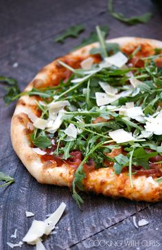 Pizzeria style Prosciutto-Arugula Pizza made at home with simple ingredients and a baking stone! © COOKING WITH CURLS Pizzeria style Prosciutto-Arugula Pizza made at home with simple ingredients and a baking stone! © COOKING WITH CURLS Grilled Pizza, Pizza Taco, Pizza Hut, Pizza Dough, Sauce Marinara, Pizzeria, Baking Stone, Healthy Recipes, Gastronomia