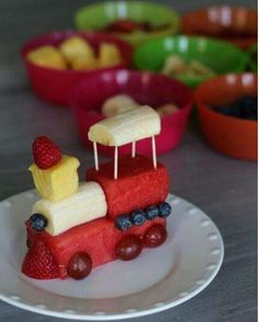 Fruits train :D Cute food for kids, creative food, healthy snacks. Cute Snacks, Cute Food, Good Food, Yummy Food, Diy Snacks, Delicious Recipes, Simple Snacks, Delicious Fruit, Party Snacks