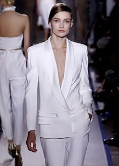 New trends and luxury details that make a difference Le Smoking, Dior Couture, Saint Laurent, Fashion Outfits, Womens Fashion, New Trends, Royalty, Runway, Blazer