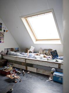 KARWEI | Met zo'n betonnen vloer en stoere meubels kan het huis wel tegen een stootje. #binnenkijkers #ideevankarwei #karwei