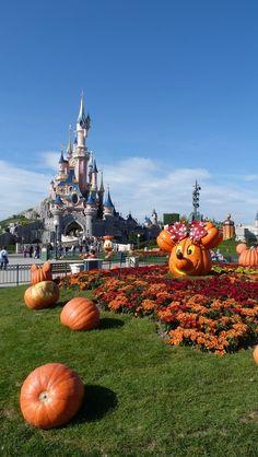 Halloween at Disneyland Paris, - Thanksgiving Wallpaper Disney World Halloween, Disneyland Halloween, Halloween 2018, Disney Halloween Decorations, Halloween Kids, Disney Nerd, Disney Trips, Disney Love, Disney Magic