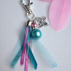 Porte clés ou bijou de sac coloré ruban chaine perles bleu et rose, papillon