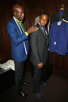 Ozwald Boateng fits Sean P. Diddy Combs for a suit Ozwald Boateng, Dapper Dan, African Inspired Fashion, Bespoke Tailoring, Comfortable Sneakers, African Design, Suit And Tie, Men's Grooming, Gentleman Style
