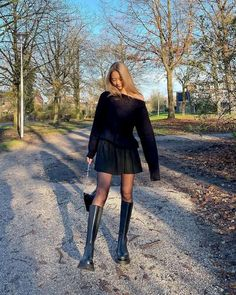 How to dress for a date in winter Winter Date Outfits, First Date Outfits, Club Outfits, Short Outfits, Black Leather Pencil Skirt, Pencil Skirt Outfits, Going Out Outfits, All Black Outfit, Who What Wear