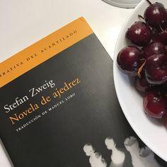 El verano es la época ideal para reencontrarte con viejos amigos. Esta es mi novela favorita de Stefan Zweig. #Marilu🎼 Stefan Zweig, Fruit, Instagram, Food, Old Friends, Girlfriends, Novels, Viajes, Summer Time