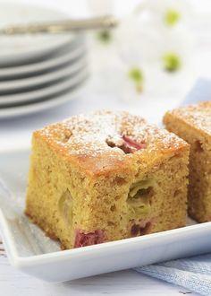 Rabrabrakake er en frisk og god kake du kan lage av sommerens friske rabarbra. I denne oppskriften kan du velge om du vil lage den i langpanne eller i en rund form. Kaken er like lett å lage, som den er å spise - se oppskriften!