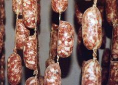 SALSICCIA LIGURE La Salsiccia ligure è un insaccato o salume di carne suina a forma cilindrica del diametro di 2-3 cm: l'impasto è a grana media, con una percentuale in grasso del 15-16%, salato ma generalmente non troppo speziato. La salsiccia ligure è tendenzialmente magra rispetto a quella di altre regioni. Si consuma cotta, alla piastra o saltata in padella bucherellando il budello per farne uscire parte del grasso. La zona di produzione comprende tutto il territorio dell'entroterra…
