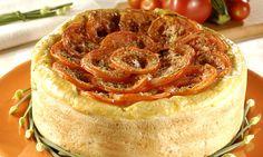 Massa:  - .1 tablete de fermento fresco p/ pão  - .1/2 xícara (chá) de água morna  - .1 colher (café) de açúcar  - .500 g de farinha de trigo  - .2 colheres (sopa) de manteiga  -   - Recheio:  - .5 abobrinhas pequenas em cubos  - .5 tomates em fatias  - .750 g de peito de frango em cubos  - .2 cebolas cortadas em rodelas finas  - .2 colheres (sopa) de azeite  - .1 colher (sopa) de sálvia picada  - .1 colher (sopa) de alecrim picado  - .1 pitada de orégano  - .1 ovo batido  - .3 colh...
