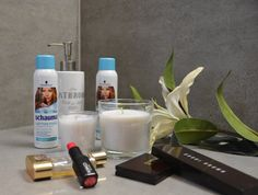 Ich könnte nicht leben ohne meine liebsten Make Up Produkte und Trockenshampoo. Soap, Personal Care, Bottle, Beauty, Life, Self Care, Personal Hygiene, Flask, Beauty Illustration