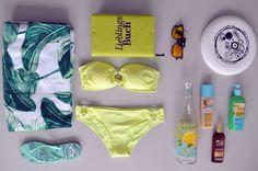 #Sommer #Strand #Bikini So, Strandtasche gepackt? Wenn es doch nur endlich soweit wäre! Dann aber Sonnenschutz und Lieblingsbuch nicht vergessen! Und natürlich den Bikini! Wer hätte das gedacht, laut Farbexperten passt Gelb besonders gut zu helleren Hauttypen. Auch warme Rottönen stehen ganz weit oben auf der Liste. Toll passen auch hellgrüne oder Bikinis in Türkistönen. Here comes the sun: Alles, was man für den Tag in der Sonne braucht  Here comes the sun: Alles, was man für den Tag in der…