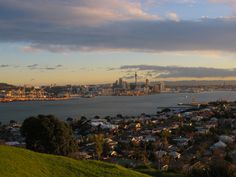 Mount Victoria, Auckland - Mount Victoria offers panoramic views of Auckland City, Rangitoto Island, the North Shore and the Hauraki Gulf. Seattle Skyline, Paris Skyline, Auckland New Zealand, Seaside Towns, Us Images, Best Cities, Small Towns, San Francisco Skyline, Night Life