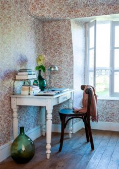 """This flowery wallpaper is from our feature """"Bijou en Bourgogne"""""""