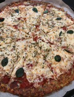 Esta Pizza com massa de abobrinha low carb e sem glúten é muito fácil de fazer e fica sensacional! Vem aprender a fazer esta delícia! Todo mundo vai amar!