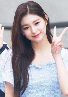 K Pop, South Korean Girls, Korean Girl Groups, Ulzzang Korean Girl, Yuehua Entertainment, Korean Actresses, New Girl, Kpop Girls, Beautiful People